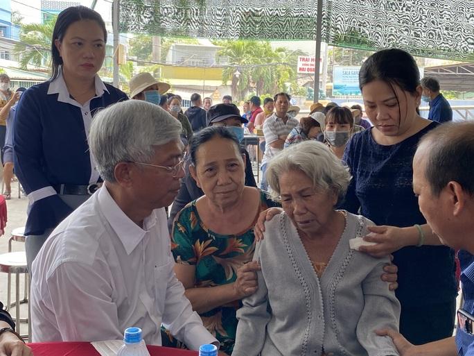 CLIP: Ông Võ Văn Hoan nắm chặt tay người thân 6 nạn nhân chết cháy ở TP Thủ Đức - Ảnh 2.