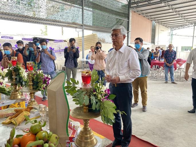 CLIP: Ông Võ Văn Hoan nắm chặt tay người thân 6 nạn nhân chết cháy ở TP Thủ Đức - Ảnh 1.