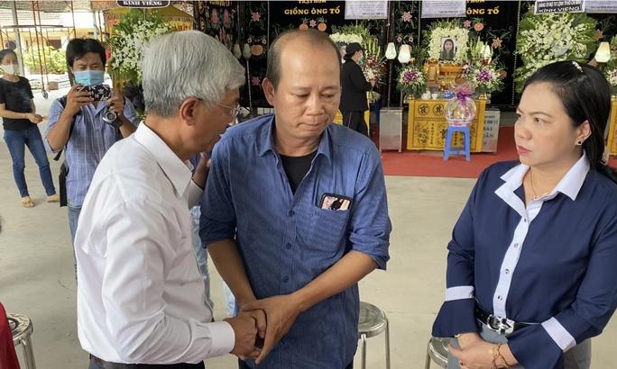 CLIP: Ông Võ Văn Hoan nắm chặt tay người thân 6 nạn nhân chết cháy ở TP Thủ Đức - Ảnh 3.