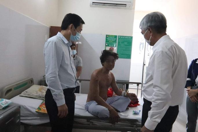 CLIP: Ông Võ Văn Hoan nắm chặt tay người thân 6 nạn nhân chết cháy ở TP Thủ Đức - Ảnh 4.