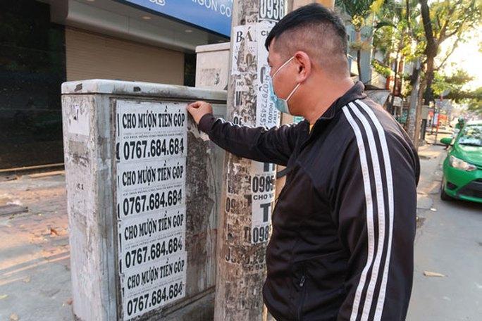 Dán quảng cáo ở cột điện có thể bị phạt đến 2 triệu đồng - Ảnh 1.
