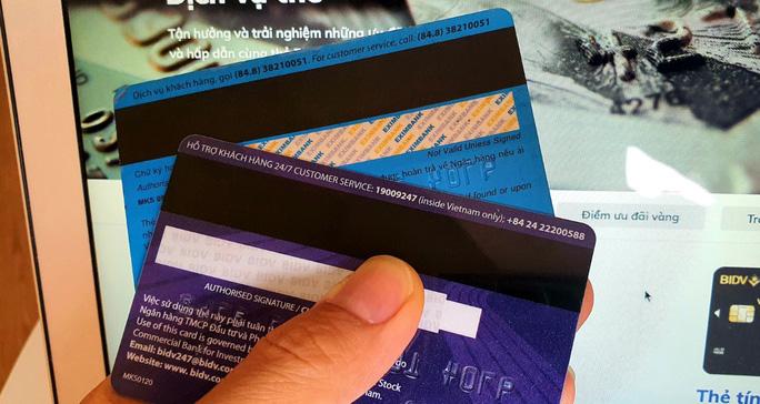 Các ngân hàng chính thức dừng phát hành thẻ từ - Ảnh 1.