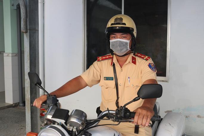 Gặp đại úy CSGT Trạm Đa Phước đang gây xôn xao mạng xã hội - Ảnh 1.