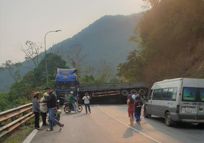 Container chở xỉ than lật chắn ngang đèo Bảo Lộc, giao thông ách tắc 2 chiều - Ảnh 1.