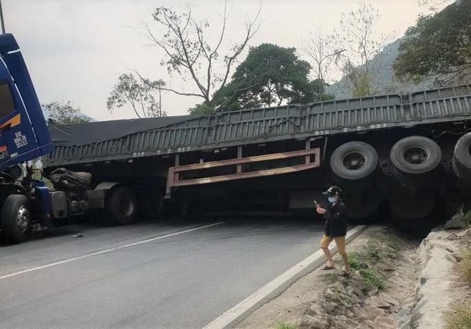 Container chở xỉ than lật chắn ngang đèo Bảo Lộc, giao thông ách tắc 2 chiều - Ảnh 2.