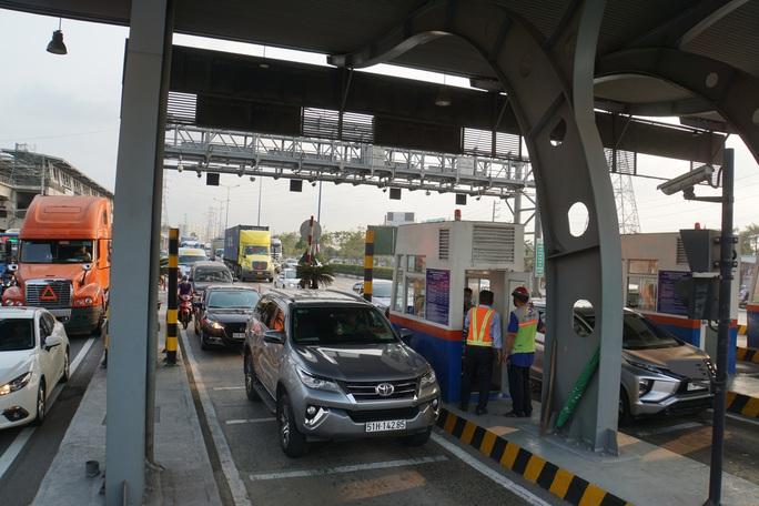 Xe cộ ken đặc 700m trên Xa lộ Hà Nội ngày đầu thu phí - Ảnh 3.