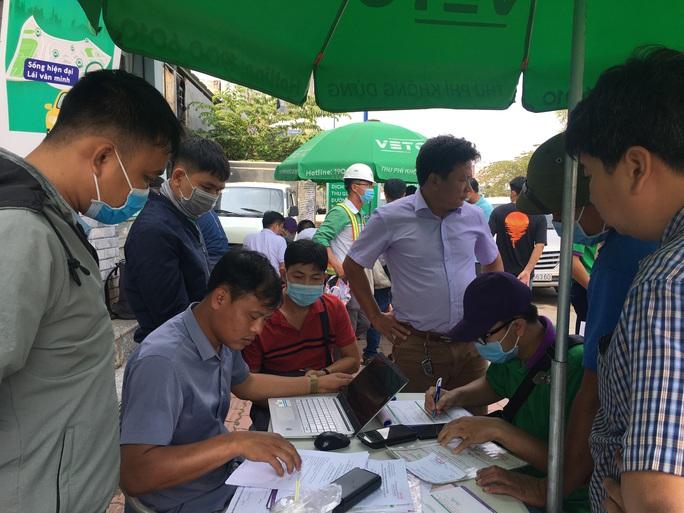 Xe cộ ken đặc 700m trên Xa lộ Hà Nội ngày đầu thu phí - Ảnh 5.