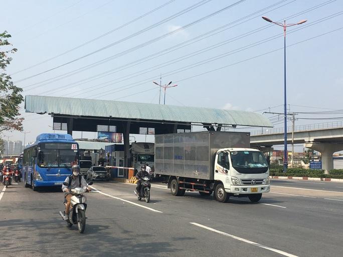 Xe cộ ken đặc 700m trên Xa lộ Hà Nội ngày đầu thu phí - Ảnh 4.