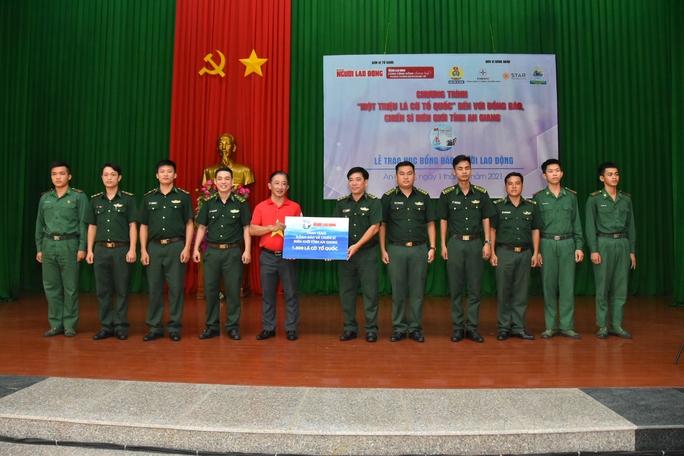 Cờ Tổ quốc và học bổng tiếp tục đến với vùng biên giới An Giang - Ảnh 1.