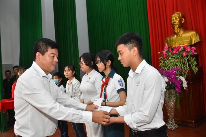 Cờ Tổ quốc và học bổng tiếp tục đến với vùng biên giới An Giang - Ảnh 8.