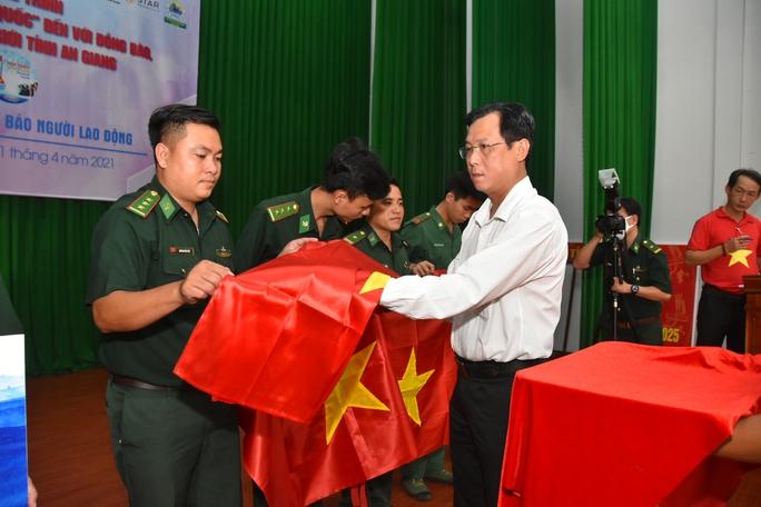 Cờ Tổ quốc và học bổng tiếp tục đến với vùng biên giới An Giang - Ảnh 5.