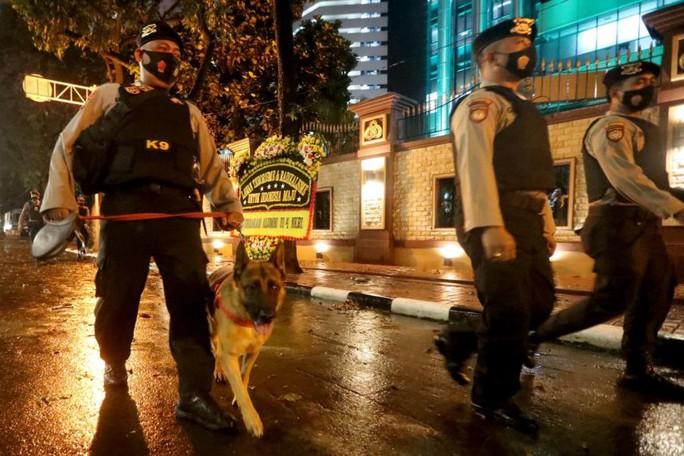 Indonesia: Cô gái trẻ bỏ học đến sở cảnh sát xả súng - Ảnh 2.