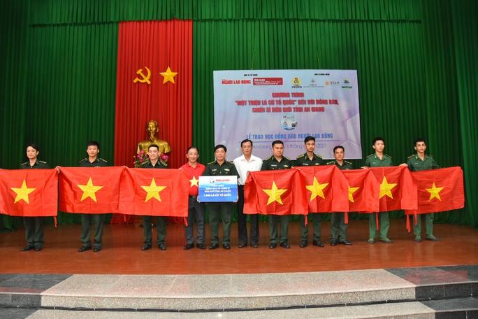 Cờ Tổ quốc và học bổng tiếp tục đến với vùng biên giới An Giang - Ảnh 2.