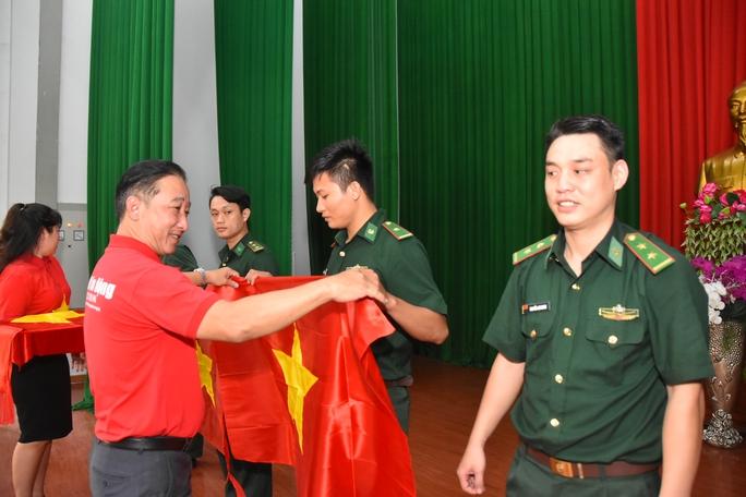 Cờ Tổ quốc và học bổng tiếp tục đến với vùng biên giới An Giang - Ảnh 3.