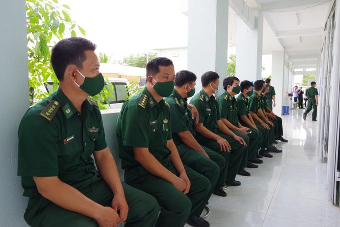 Tiêm vắc-xin Covid-19 cho cán bộ, chiến sĩ biên phòng Tây Ninh - Ảnh 2.