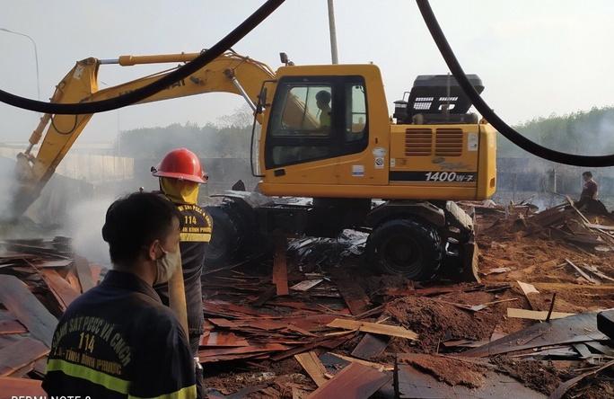 Bình Phước: Cháy kho chứa gỗ trong khuôn viên Chi cục Hải quan Hoàng Diệu - Ảnh 2.