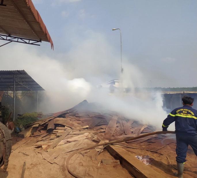 Bình Phước: Cháy kho chứa gỗ trong khuôn viên Chi cục Hải quan Hoàng Diệu - Ảnh 1.