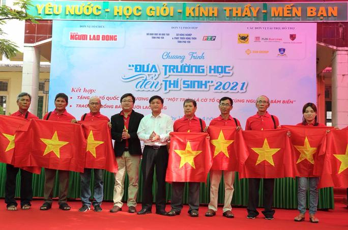 Ngư dân Phú Yên nhận cờ từ Chương trình Một triệu lá cờ Tổ quốc cùng ngư dân bám biển - Ảnh 2.