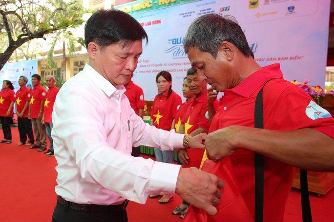 Ngư dân Phú Yên nhận cờ từ Chương trình Một triệu lá cờ Tổ quốc cùng ngư dân bám biển - Ảnh 1.