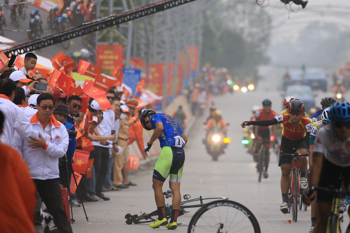 Tay đua Lê Nguyệt Minh trượt ngã ngay mức đến, bị cảnh cáo - Ảnh 2.