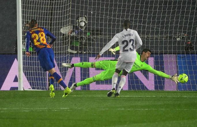 Hạ Barcelona ở siêu kinh điển, Real Madrid soán ngôi đầu La Liga - Ảnh 6.