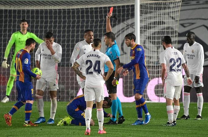 Hạ Barcelona ở siêu kinh điển, Real Madrid soán ngôi đầu La Liga - Ảnh 8.