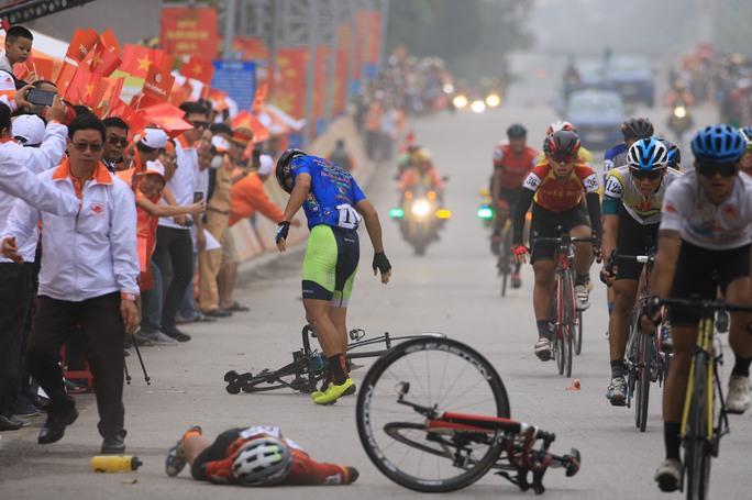 Tay đua Lê Nguyệt Minh trượt ngã ngay mức đến, bị cảnh cáo - Ảnh 3.