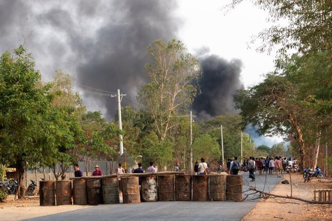 Quân đội Myanmar bị tố dùng súng phóng lựu giết hơn 80 người - Ảnh 1.