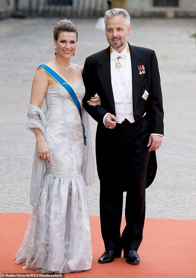 Công chúa Na Uy bỏ nhà theo người tình - Ảnh 2.