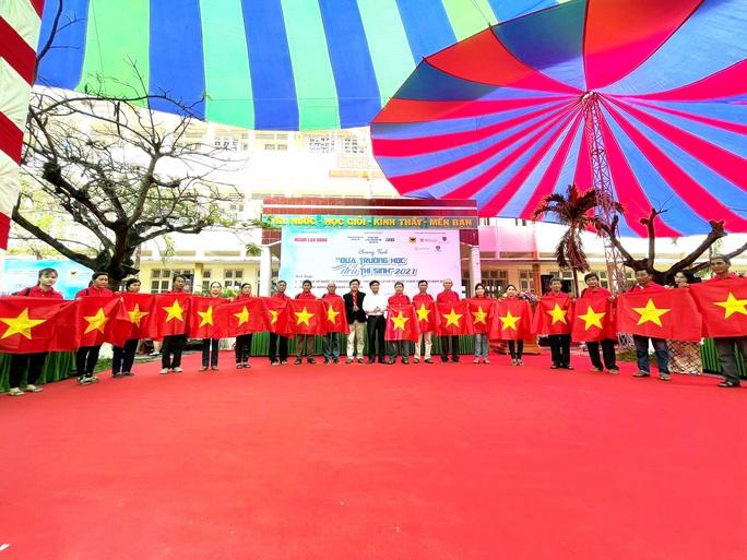 Ngư dân Phú Yên nhận cờ từ Chương trình Một triệu lá cờ Tổ quốc cùng ngư dân bám biển - Ảnh 3.