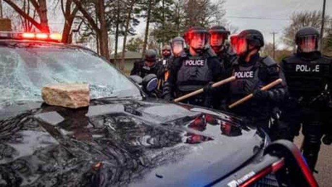 Cảnh sát Mỹ trấn áp người biểu tình sau khi bắn chết thanh niên da màu - Ảnh 4.