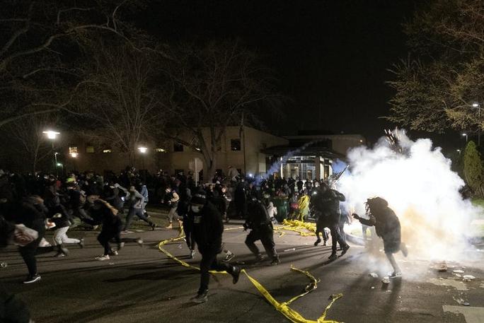 Cảnh sát Mỹ trấn áp người biểu tình sau khi bắn chết thanh niên da màu - Ảnh 3.