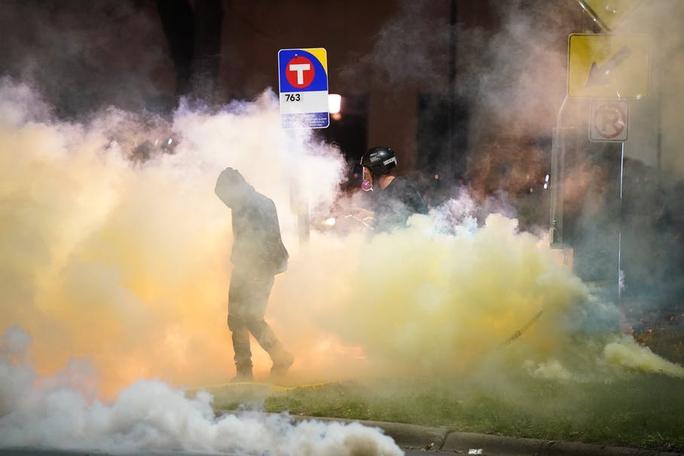 Cảnh sát Mỹ trấn áp người biểu tình sau khi bắn chết thanh niên da màu - Ảnh 2.