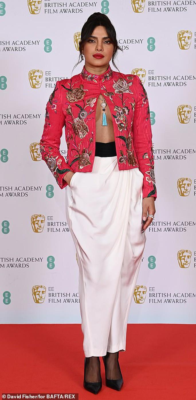 Những bộ đầm thảm họa tại thảm đỏ Oscar nước Anh BAFTA 2021 - Ảnh 10.