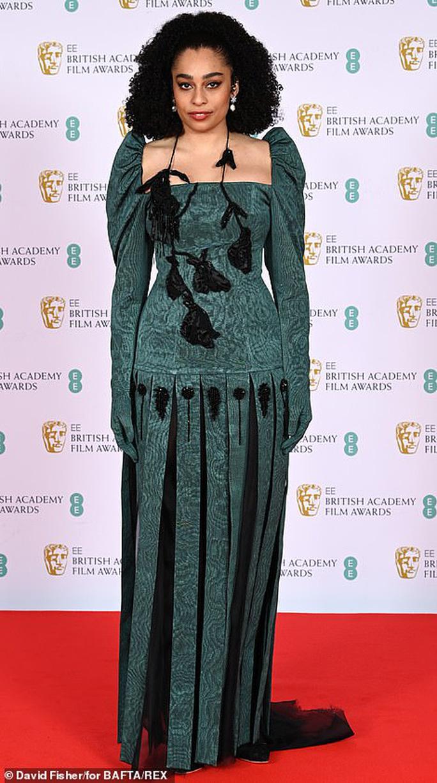 Những bộ đầm thảm họa tại thảm đỏ Oscar nước Anh BAFTA 2021 - Ảnh 1.