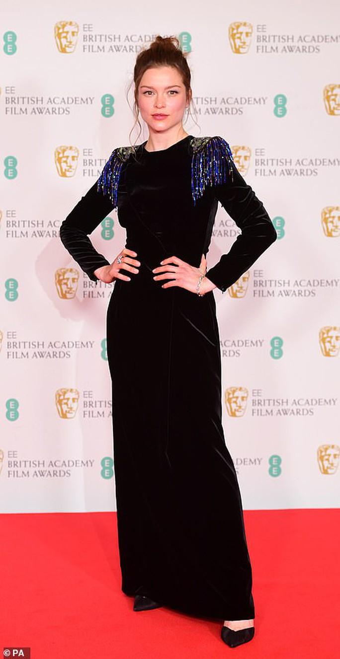 Những bộ đầm thảm họa tại thảm đỏ Oscar nước Anh BAFTA 2021 - Ảnh 8.