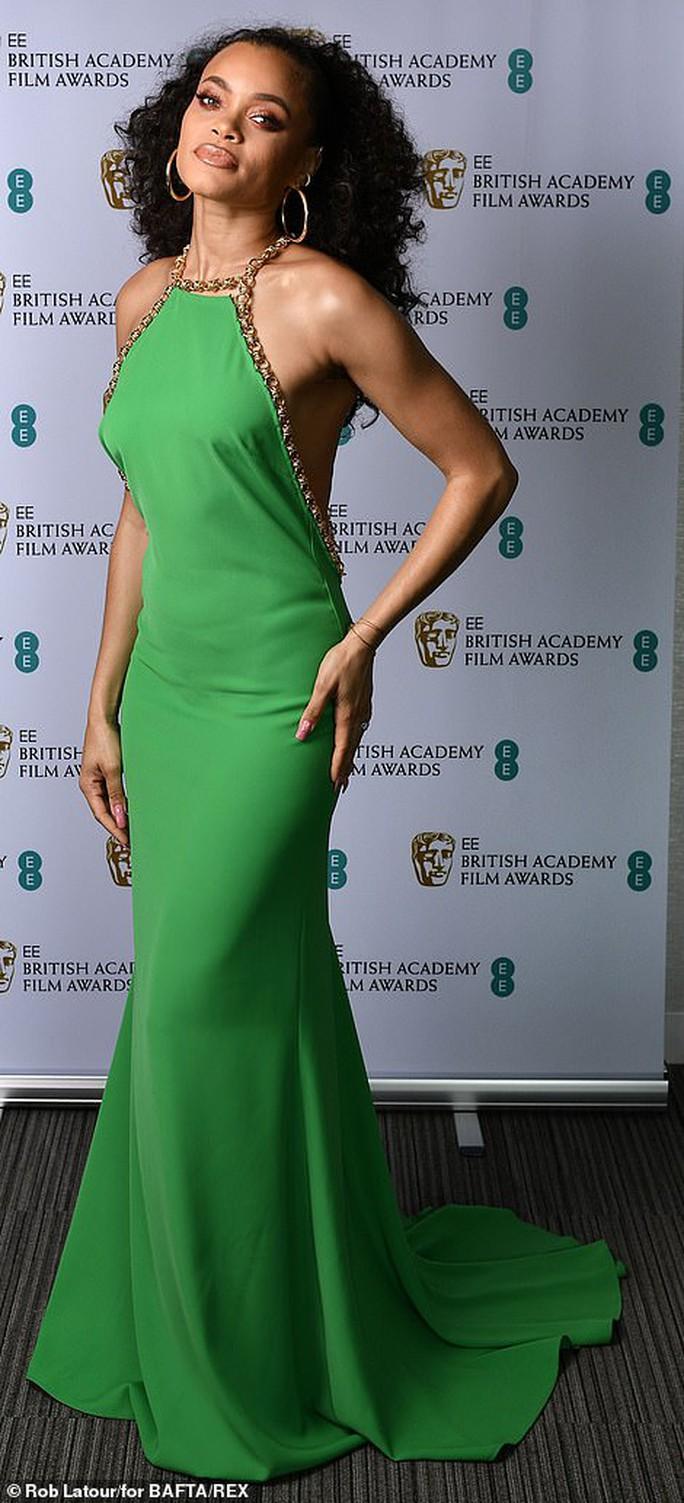 Những bộ đầm thảm họa tại thảm đỏ Oscar nước Anh BAFTA 2021 - Ảnh 12.