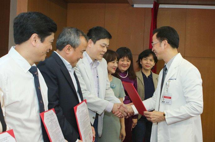 Bác bỏ tin đồn Giám đốc Bệnh viện Bạch Mai bị bắt - Ảnh 2.