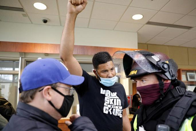 Mỹ: Cảnh sát bắn chết người da màu vì…nhầm - Ảnh 1.