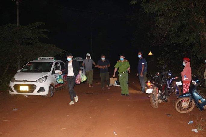 Bình Phước: Bắt giữ 2 xe taxi chở 5 người nước ngoài nhập cảnh trái phép - Ảnh 2.