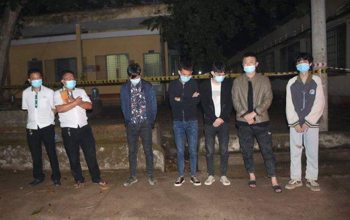 Bình Phước: Bắt giữ 2 xe taxi chở 5 người nước ngoài nhập cảnh trái phép - Ảnh 1.