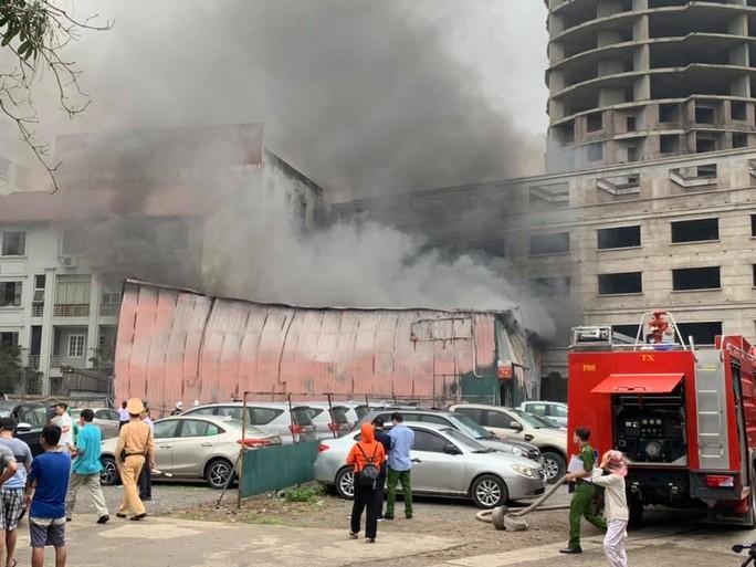 Sau tiếng nổ lớn, lửa bao trùm xưởng in nằm giữa bãi đỗ ôtô - Ảnh 1.