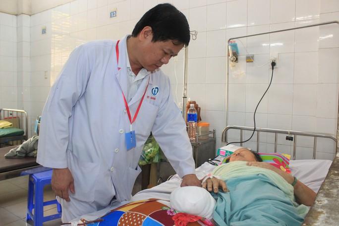 Kinh hãi người phụ nữ ở Đồng Nai bị cắt cụt chân vì đắp lá sim - Ảnh 1.