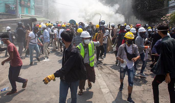 Quân đội Myanmar nổ súng vào các nhân viên y tế - Ảnh 1.