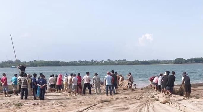 Người dân kéo lưới tìm thấy thi thể người đàn ông ở hồ Trị An - Ảnh 1.