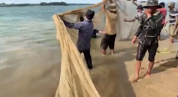 Người dân kéo lưới tìm thấy thi thể người đàn ông ở hồ Trị An - Ảnh 2.