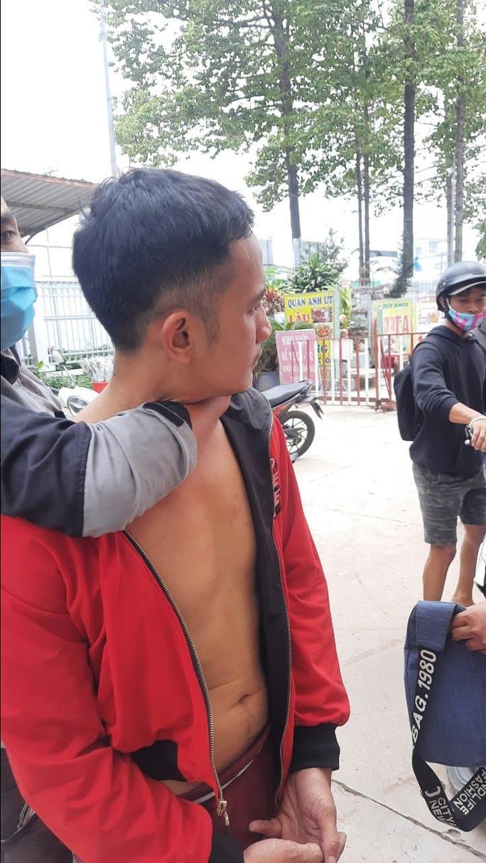 Hai đối tượng ở Hóc Môn vừa bị bắt khi gặp nạn nhân nhận tiền  - Ảnh 1.