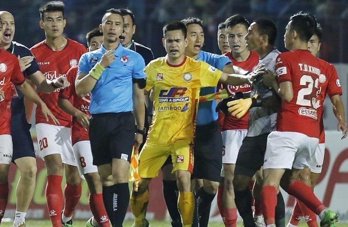 Không tìm được bằng chứng trọng tài tố cáo, thủ môn CLB TP HCM vẫn bị phạt nặng - Ảnh 1.