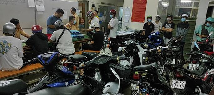 10 xe máy để trên vỉa hè quận 1 bị tạm giữ trong đêm - Ảnh 1.