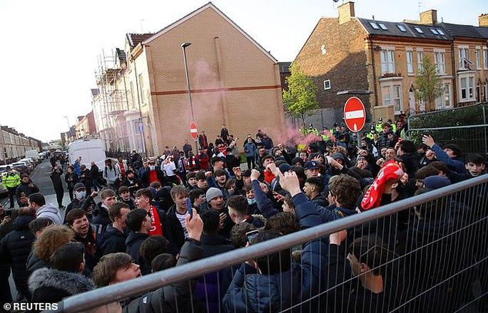 CĐV Liverpool đại náo sân Anfield, Real Madrid bản lĩnh giành vé bán kết - Ảnh 3.